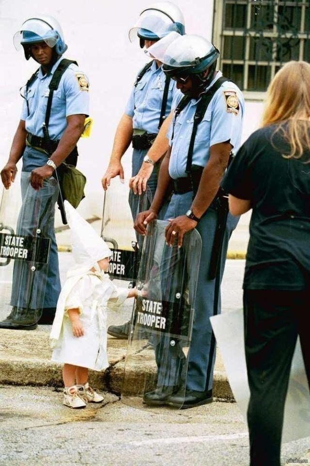 Встреча ребёнка представителя Ку-Клукс-Клана и темнокожего патрульного, 1992 год.