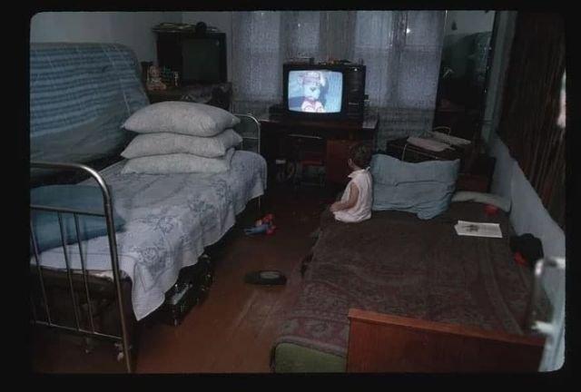Девочка смотрит передачу «Спокойной ночи малыши». Россия, Новокузнецк, 1991 год.