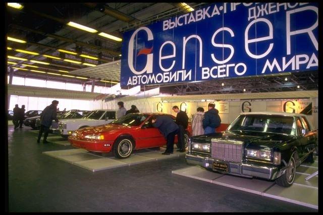 Посетители автопавильона. Февраль 1992 года.
