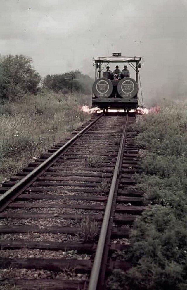Работники железной дороги едут в вагоне для сжигания сорняков. Техас, июнь 1941 год