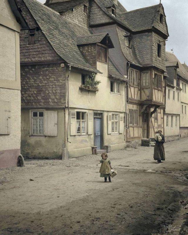 Девочка с корзиной идет по грунтовой дороге. Германия, 1904 год.
