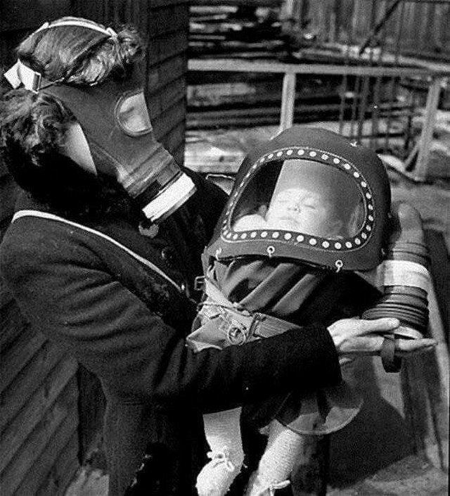 Специальные противогазовые люльки для младенцев, 1942 г. Англия.