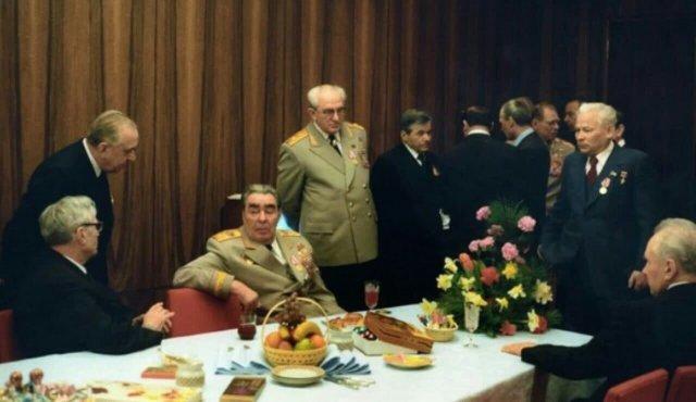 Леонид Ильич отдыхает в комнате отдыха Дворца съездов. Москва, 1971 год