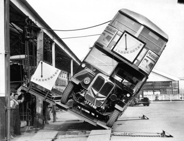 Как производители двухэтажных автобусов доказывали, что те не упадут на бок, 1933 год