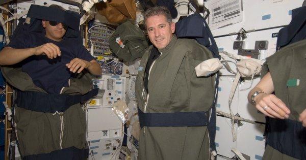 Как и в каком положении космонавты спят в невесомости