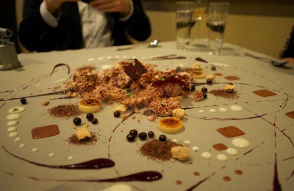Нам разложили десерт прямо на столе