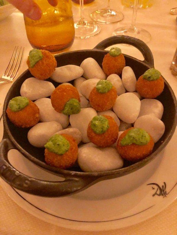 Официант принёс это блюдо и сказал: «Только не ешьте камни»