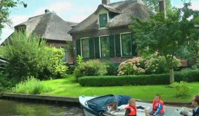 Очень симпатичная деревня в Нидерландах, по которой можно передвигаться лишь на лодках