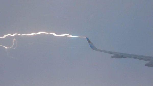 «Я снимал свой полет в замедленной съемке и смог уловить момент, как в самолет ударяет молния»