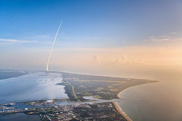 С неба видно, как взлетает марсоход NASA