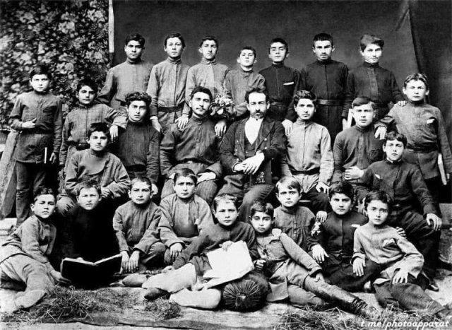 Школьник Сосо Джугашвили (И. Сталин) в возрасте 10 лет в центре верхнего ряда.. Тифлисская губерния, 1888 год