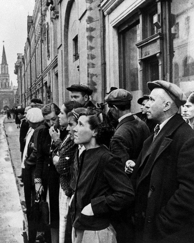 Жители Москвы во время объявления о вероломном нападении фашистской Германии на Советский Союз. Июнь 1941 года.