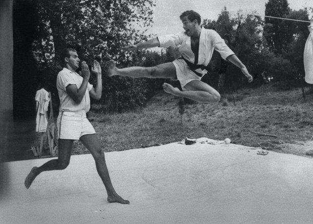 Король Греции Константин II (справа) и принц Испании Хуан Карлос I (слева) во время спарринга по каратэ. Керкира, Греция, 1966 год.