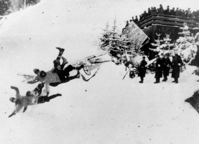 Итальянские бобслеисты вылетают с трассы. Олимпиада в Гармиш-Партенкирхен. Германия. 1936 год.