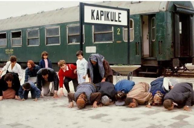 Турки, сбежавшие из коммунистической Болгарии, целуют землю, 1989 г., Турция