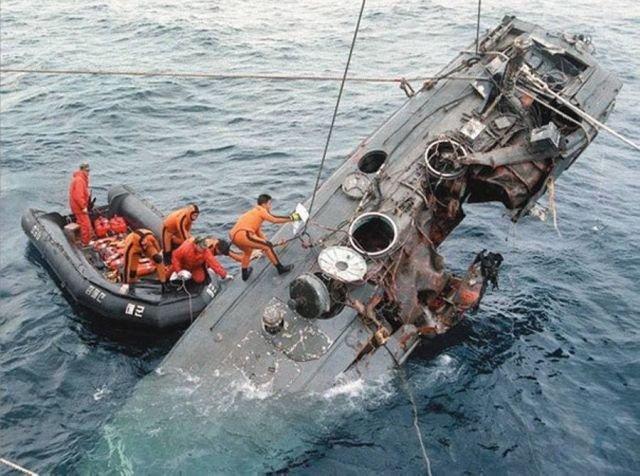 Уничтоженный катер северокорейского диверсионного отряда в водах Южной Кореи. 1998 год.