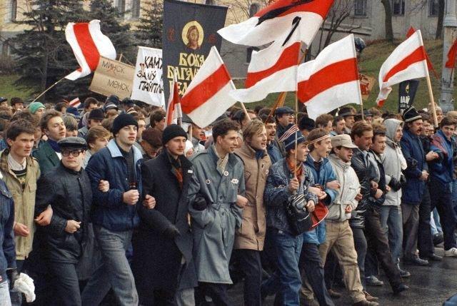 Беларусы протестуют на площади Якуба Коласа в Минске
