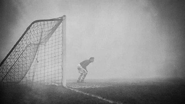 Вратарь Сэм Бэртрэм в одиночестве караулит ворота, даже не подозревая, что игра была прервана из-за тумана 15 минут назад, 1937 год.
