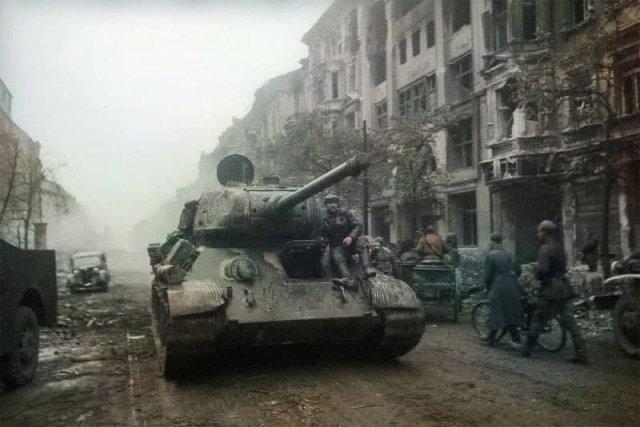 Т-34-85 проезжает по берлинской дороге,1945 год.