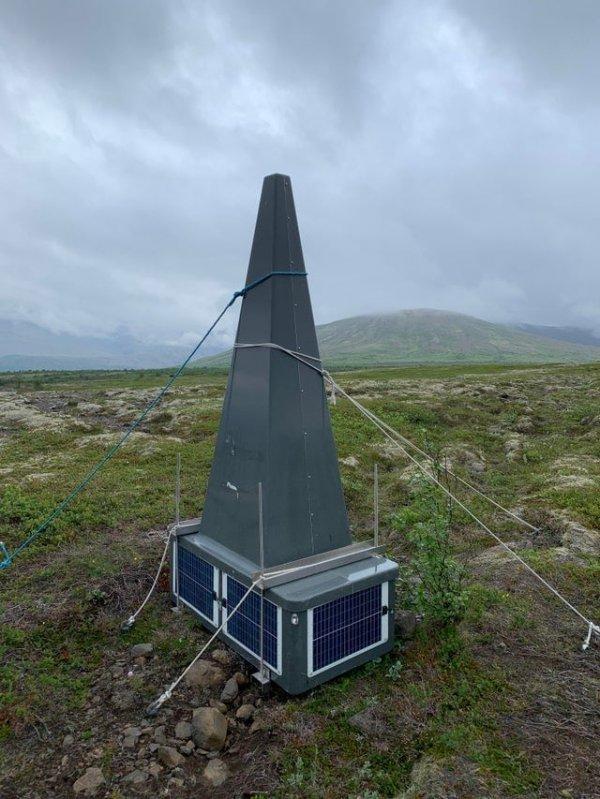 Увидел это возле ледника в Исландии. На нём нет надписей или рисунков — что это?
