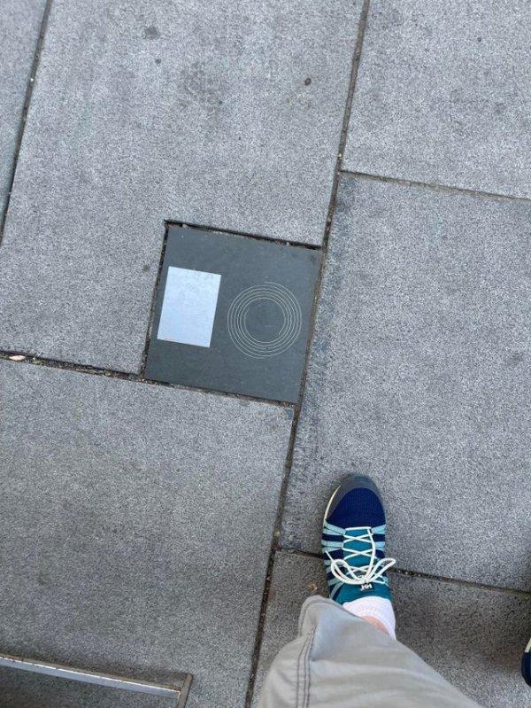 Увидел это на тротуаре в Норвегии. Примерный размер 30 на 30 сантиметров. Что это?