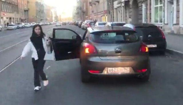 Девушка не понимает, что нельзя парковаться посреди дороги, угрожая перцовым баллончиком