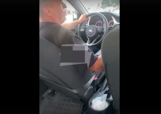 Таксист устроил конфликт с девушкой из-за низкой стоимости поездки