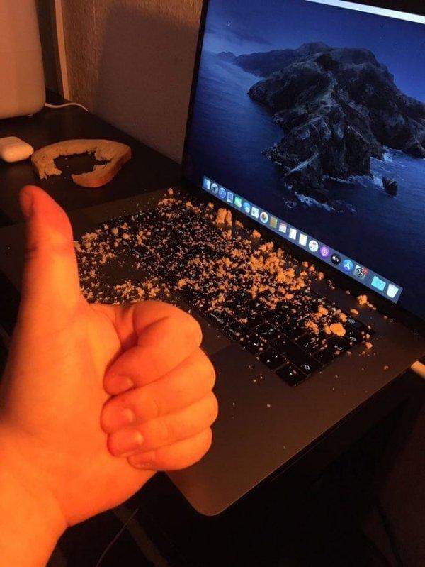 Мой друг нарочно рассыпал хлебные крошки на свой ноут, чтобы записаться на бесплатную программу замены клавиатуры