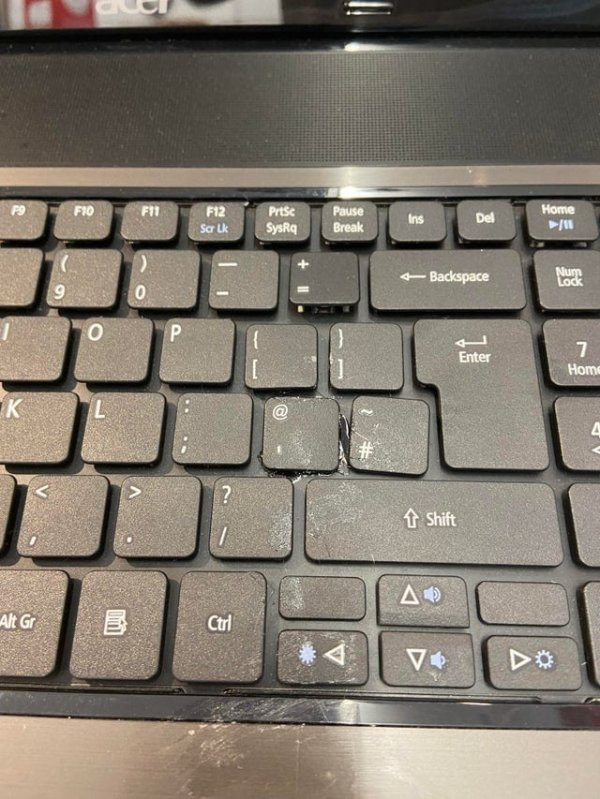 Отвалились клавиши? Не волнуйтесь, просто приклейте их обратно!