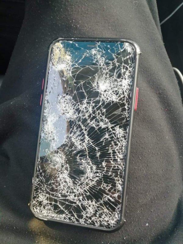 Один мой знакомый разместил это в Фейсбуке с подписью «Я уронил свой телефон»