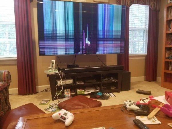 Мой сын дразнил сестру, и она швырнула контроллер Switch в 75-дюймовый телевизор моих родителей