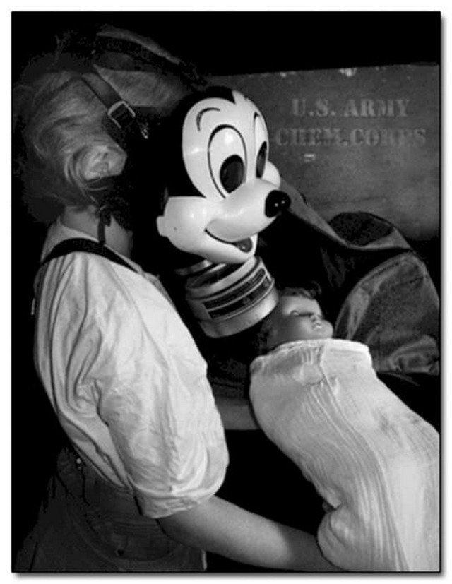 Девочка в противогазе Disney Mask. Во время Второй Мировой Войны были представлены дружественные детские противогазы от Диснея.