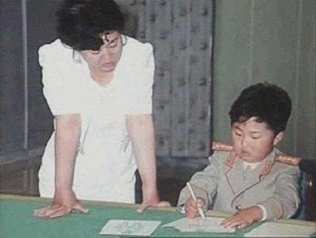 Будущий Корейский военный деятель Ким Чен Ын и его первая учительница, 1990-е