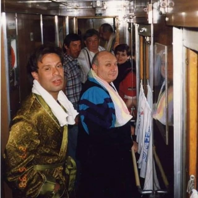 Ефим Шифрин, Михаил Жванецкий, Клара Новикова, Евгений Весник и другие в очереди в туалет в поезде. Начало 1990-х.
