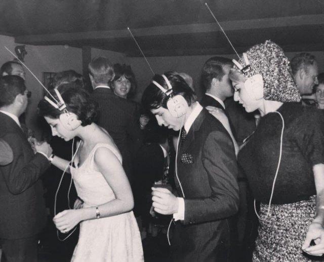 Hoчной клуб в Пaриже, где каждый сам выбирает под какую музыку танцевать, настраивая её в своих наушниках, 1963 год.