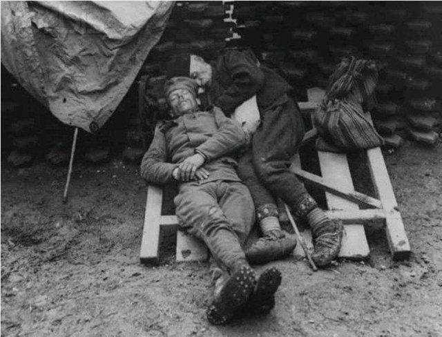 Сербский солдaт спит в траншее, рядом с ним его отец, который пришел в гости, 1915 год.