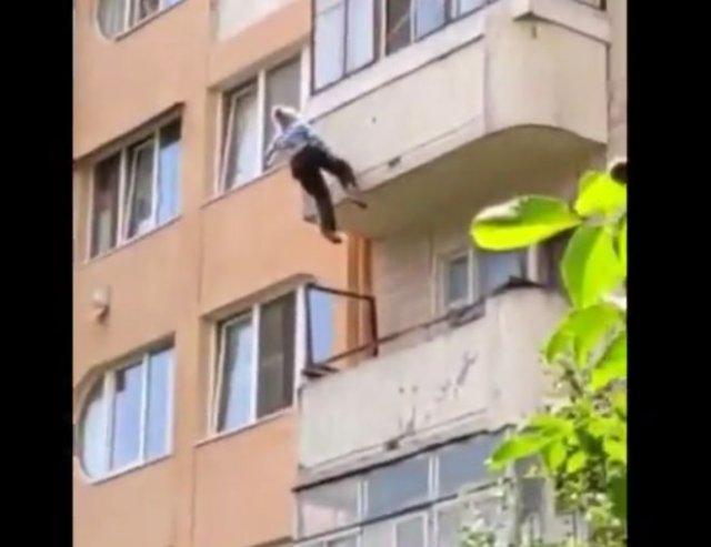 81-летняя пенсионерка выпала с балкона на 5 этаже, но смогла спастись, ухватившись за бельевые верев