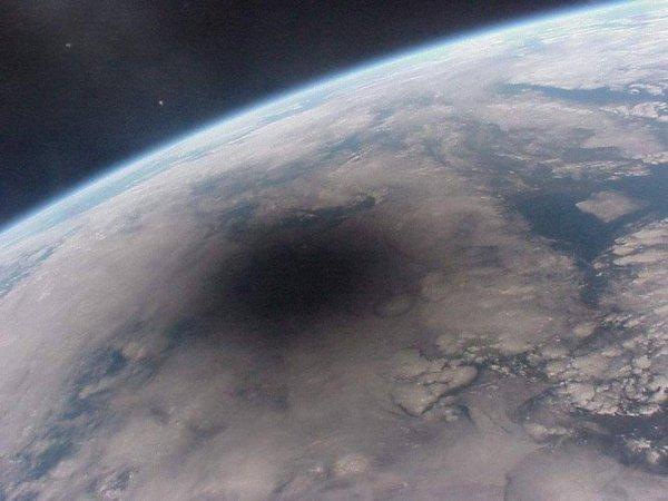 Как солнечное затмение выглядит из космоса
