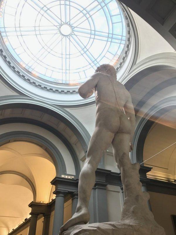 Статуя Давида. Вид сзади и снизу