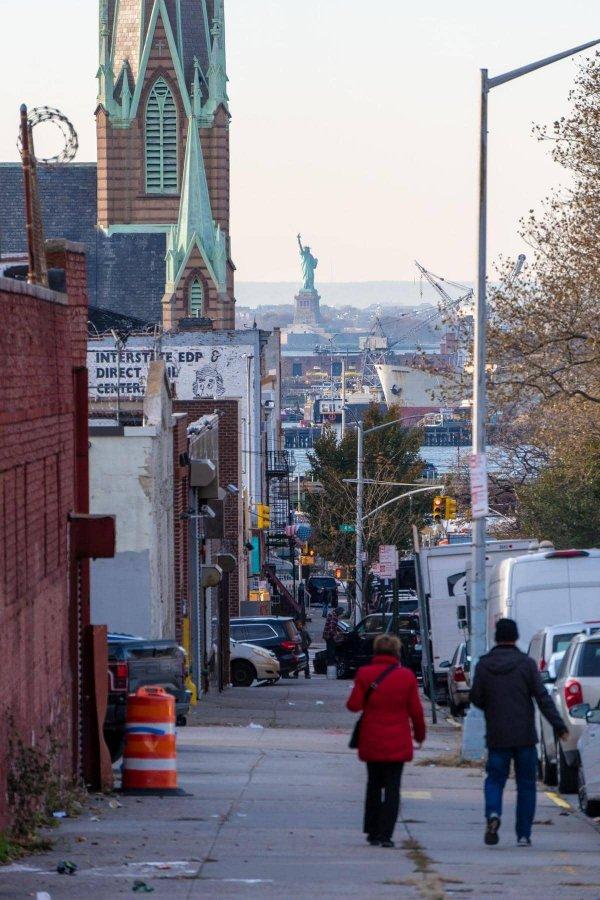 Статуя Свободы, Нью-Йорк, вид из Сансет парка в Бруклине