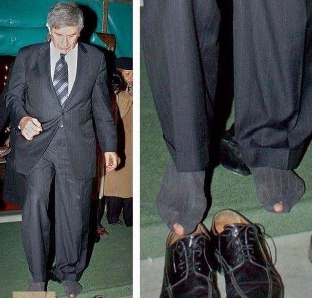 Президент всемирного банка Пол Вулфовиц разулся перед входом в мечеть во время визита в Турцию, 2007 год.