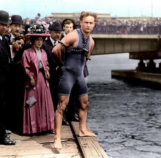 Гарри Гудини готовится к трюку в Бостоне, 1906 год