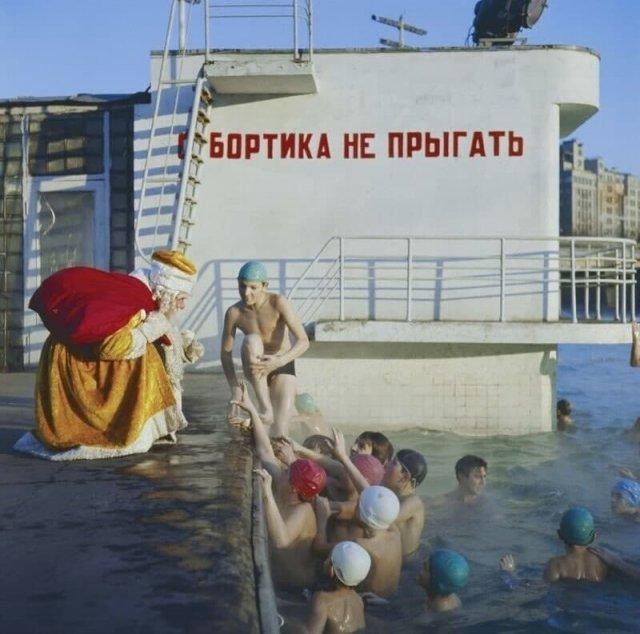 Дед Мороз общается с посетителями бассейна «Москва», 5 января 1973 года, Москва