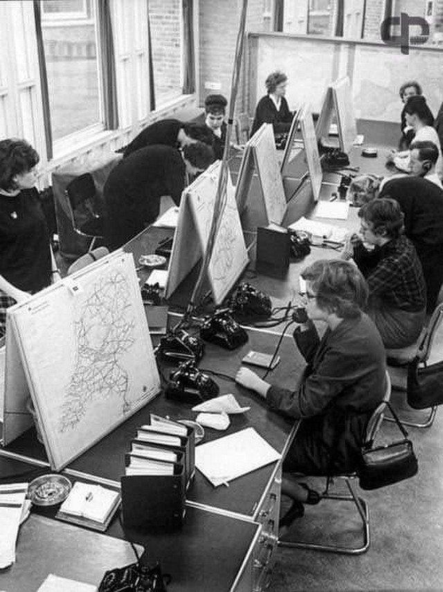 Сотрудницы горячей линии, куда любой желающий мог позвонить и узнать как добраться в нужное место. 1963