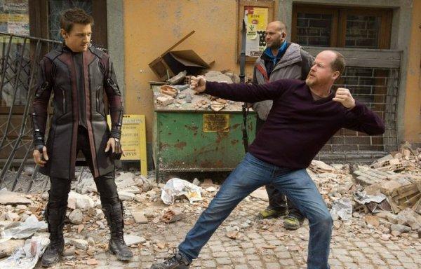 Режиссер картины «Мстители: Эра Альтрона» Джосс Уидон показывает Джереми Реннеру, как правильно стрелять из лука