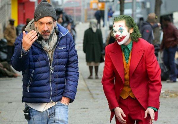 Режиссер картины «Джокер» Тодд Филлипс за кадром рассказывает что-то смешное актеру Хоакину Фениксу