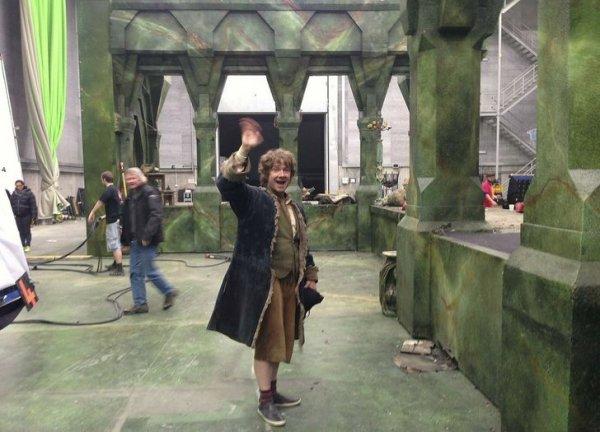 Актер Мартин Фримен машет рукой в конце своего последнего съемочного дня в роли Бильбо Бэггинса в фильме «Хоббит: Битва пяти воинств»