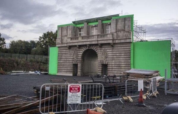 Специально для сериала «Корона» пришлось построить декорации с точной копией фасада Букингемского дворца