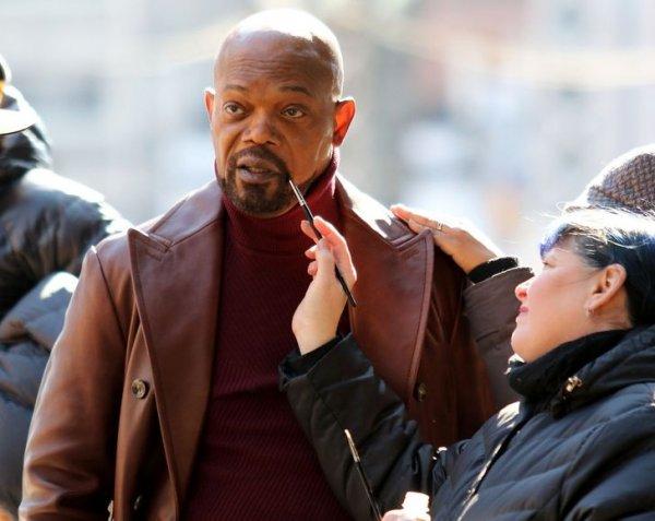 Гримеры подкрашивают бороду Сэмюэлу Л. Джексону во время съемок боевика «Шафт» в Нью-Йорке