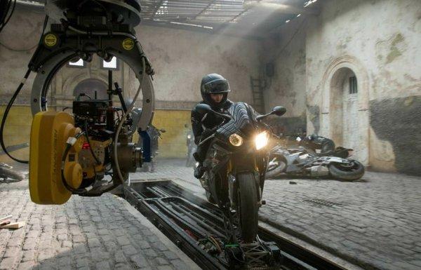 Ребекка Фергюсон на мотоцикле, который закреплен на движущейся платформе, во время съемок боевика «Миссия невыполнима: Племя изгоев»